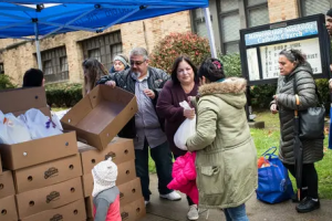 Catholic couple donates hundreds of Thanksgiving turkeys in Brooklyn, Queens