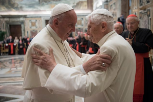 Benedict XVI praying 'fervently' for Pope Francis' recovery from surgery